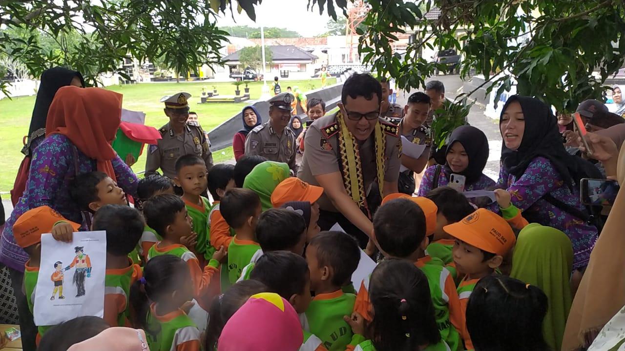 Kapolres Way Kanan Beri Edukasi Lalu Lintas Ke Anak PAUD SKB