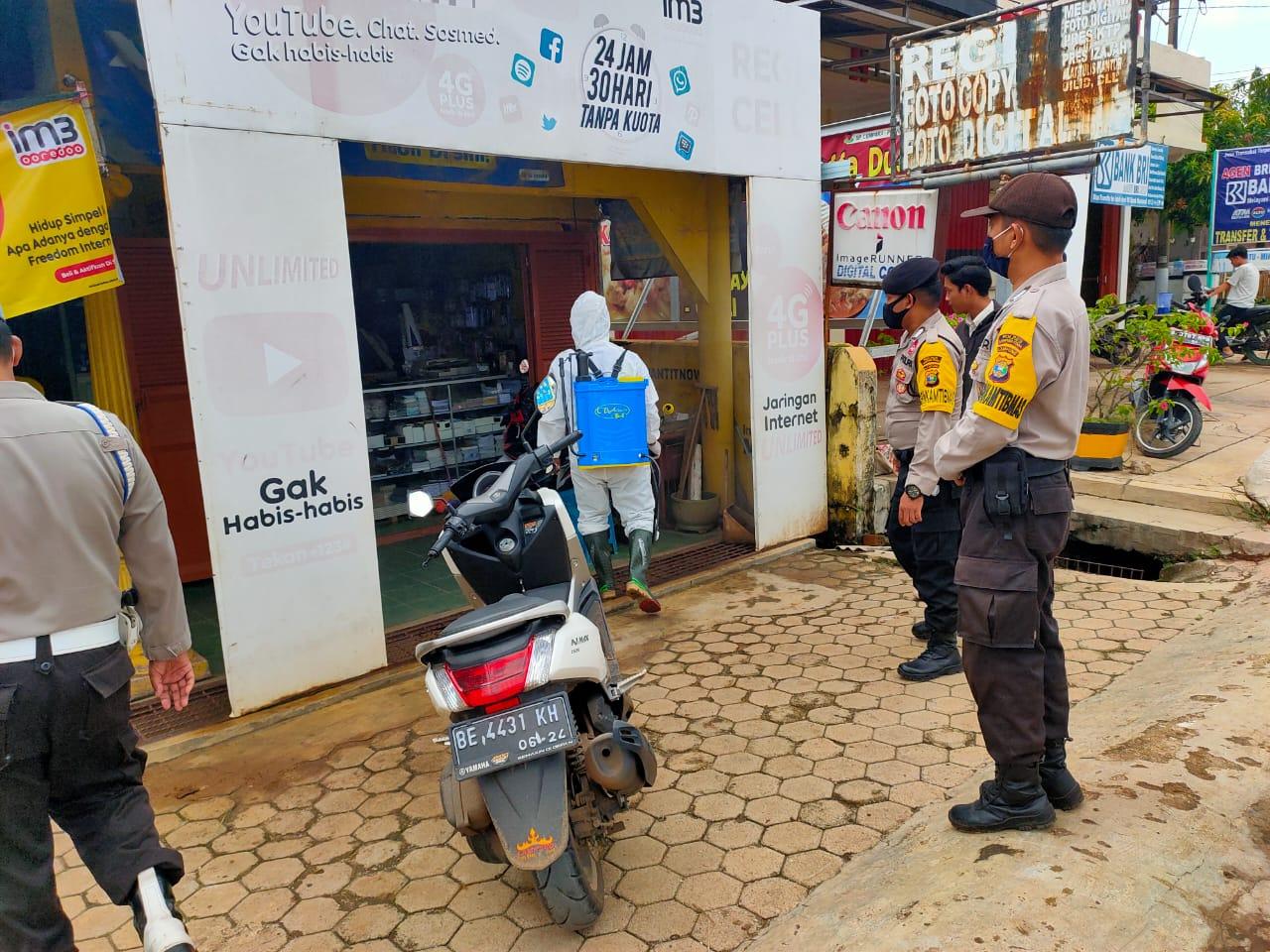 Peduli, Polres Lampung Utara Semprotkan Disinfektan di Islamic Center Kotabumi