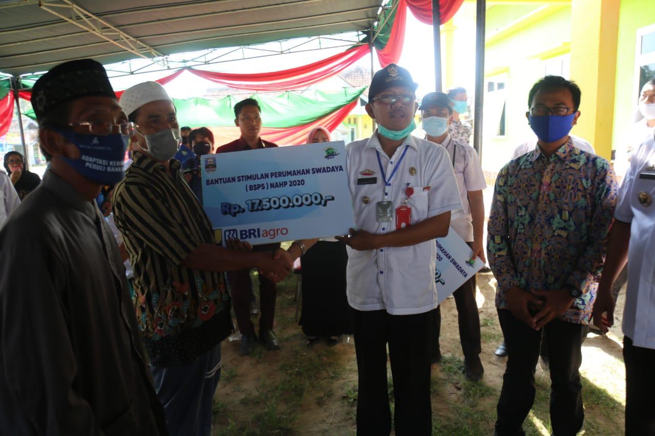 Pemkab Pesibar Salurkan Bantuan Stimulan Perumahan Swadaya dari Kemen-PUPR