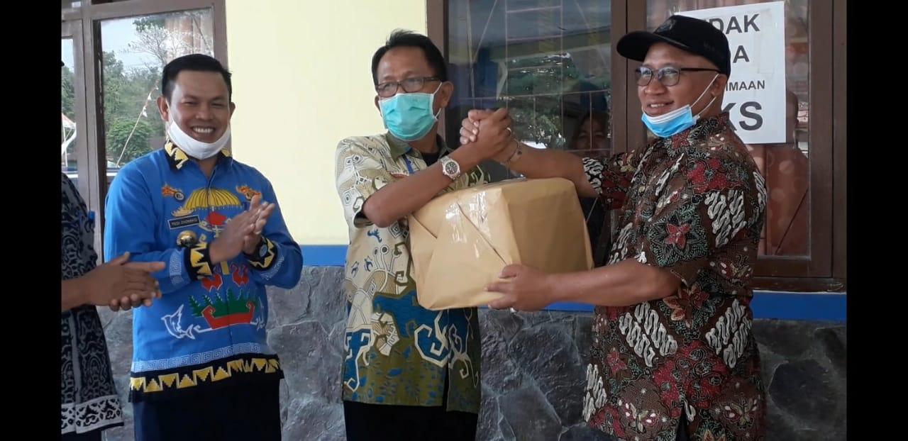 Mukhlis Basri Serahkan Bantuan Rapid Test dan Swab ke Pemkab Pesisir Barat