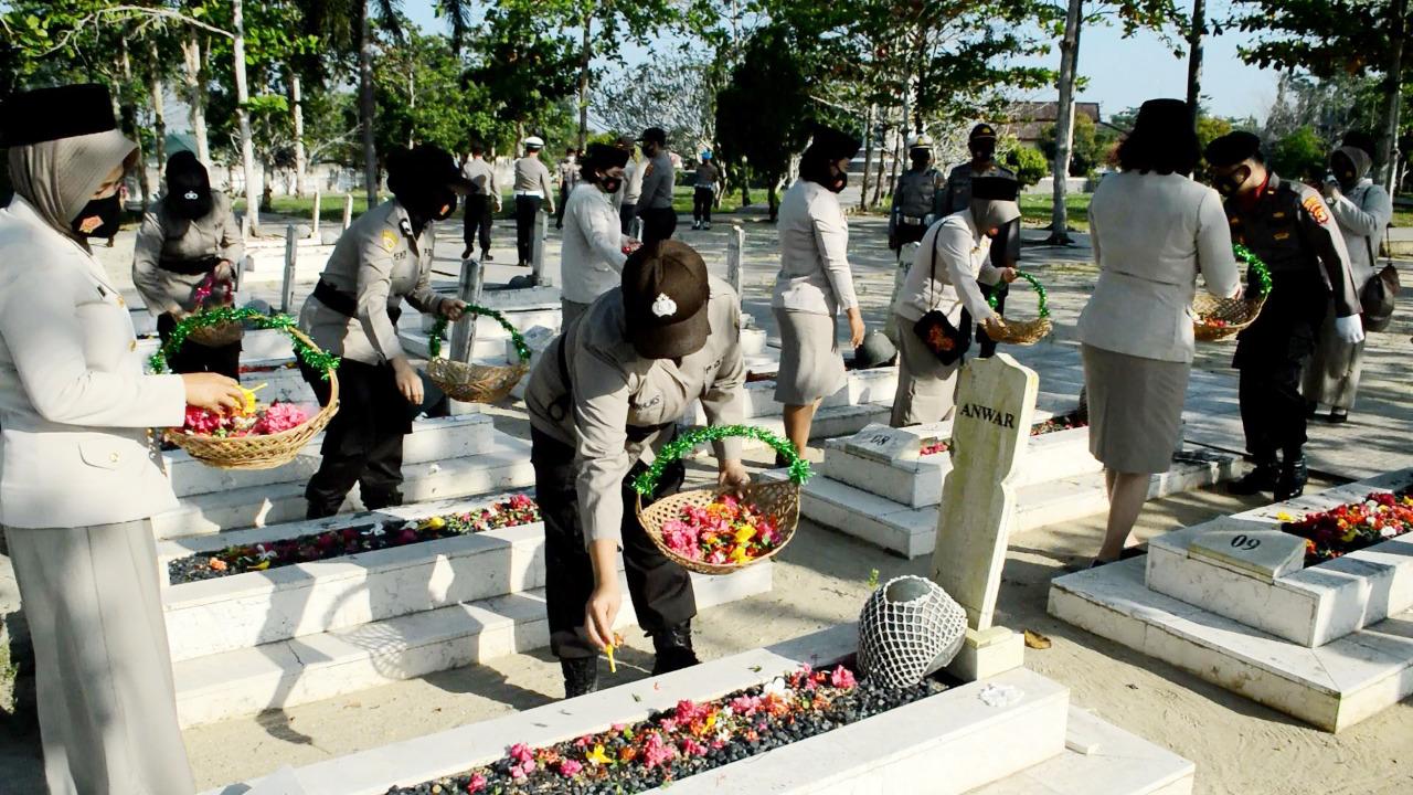 Jelang Hari Jadi Polwan Ke-72, Polres Tuba Ziarah dan Tabur Bunga di TMP