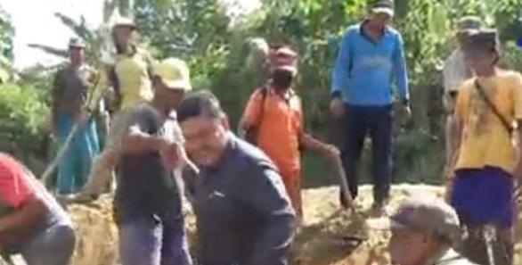 Bacabup Nasir Bersama Warga Perbaiki Jalan di Sindang Garut Way Lima