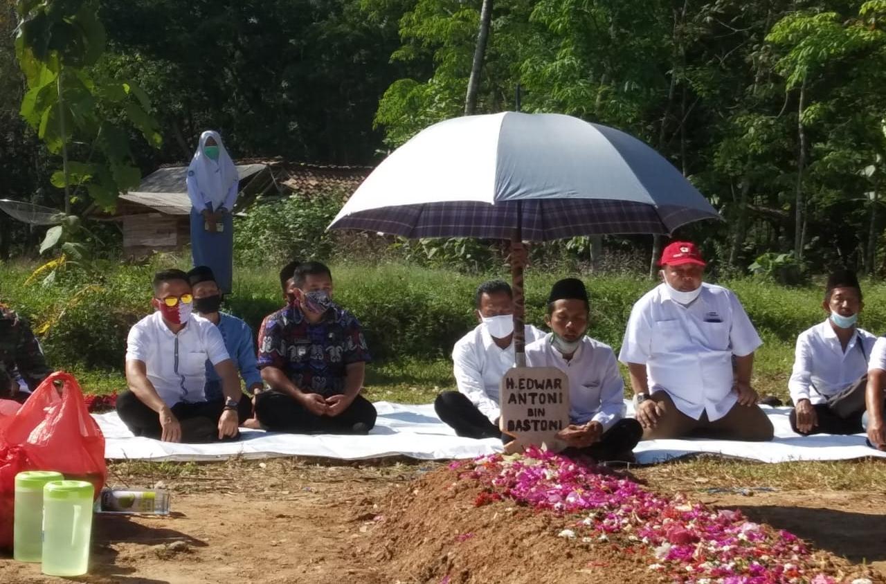 HUT Ke-75, PMI Way Kanan Bhakti Sosial dan Ziarah ke Makam Edward Antony