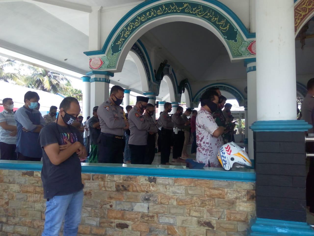 Sholat Jumat di Masjid Jabal Rahmah, Polres Lamteng Terapkan Protokol Kesehatan