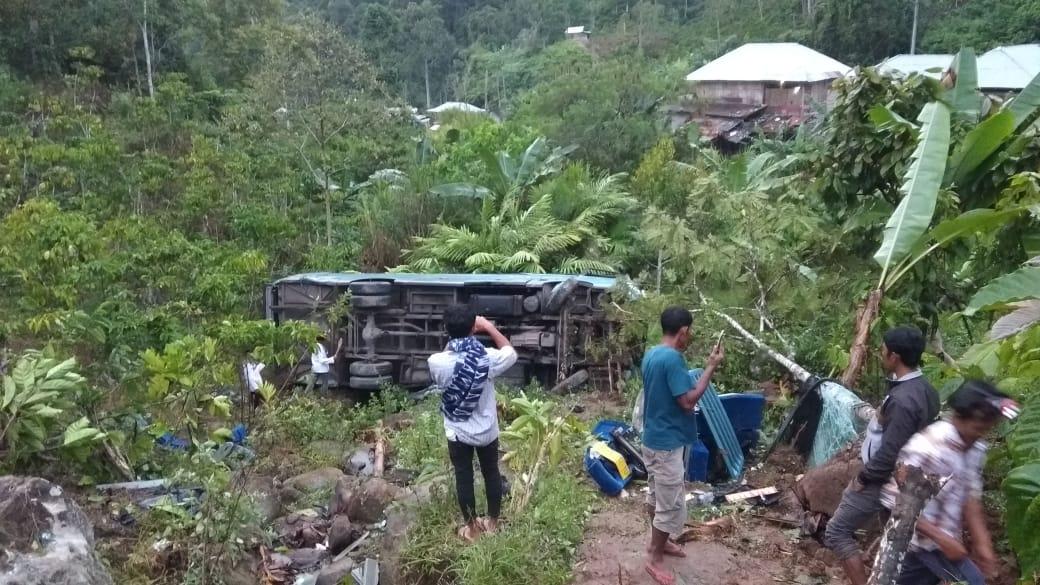 Hendak Hadiri Pernikahan di Lampung Barat, Bus Rombongan Pengantin asal Lampura Masuk Jurang