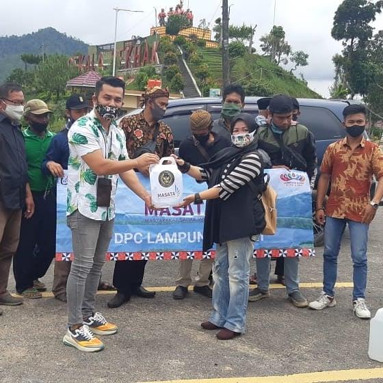 Peduli Penanggulangan Covid-19, Masata Lampung Barat Bagikan Disinfektan dan Hand Sanitizer